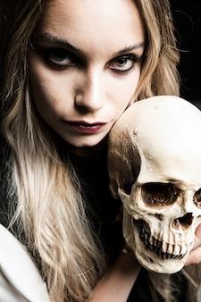 Vista frontal de la mujer con cráneo