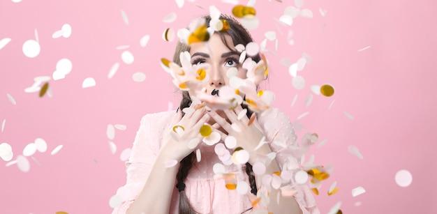 Vista frontal de la mujer cubierta de confeti