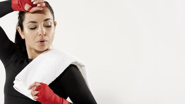 Vista frontal de mujer deportiva con espacio de copia