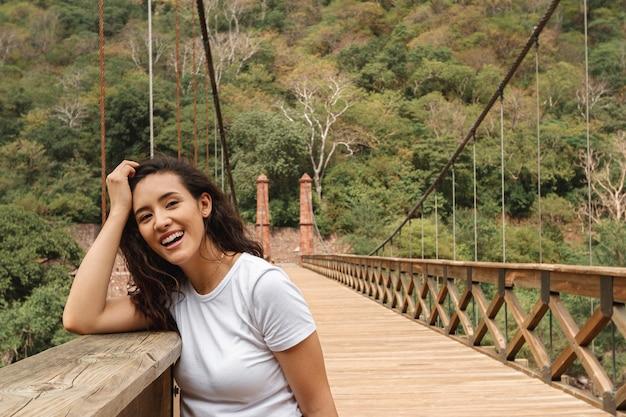 Vista frontal mujer disfrutando de la vista de la naturaleza