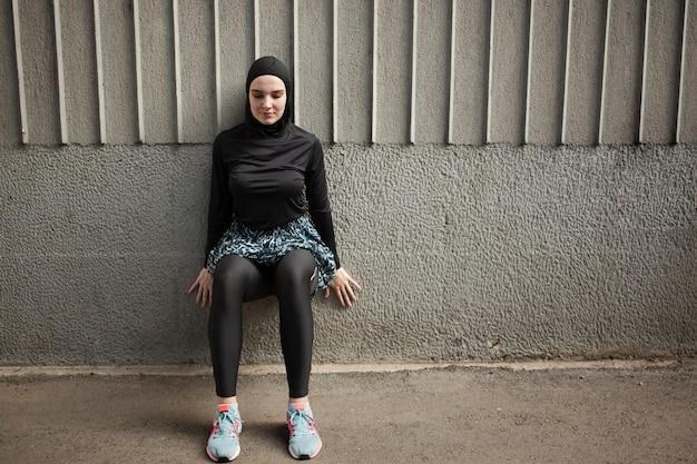 Vista frontal de la mujer con ejercicio de hijab