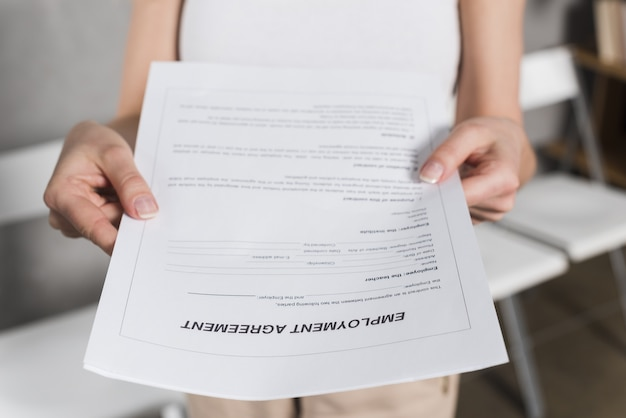 Vista frontal de la mujer entregándole un contrato