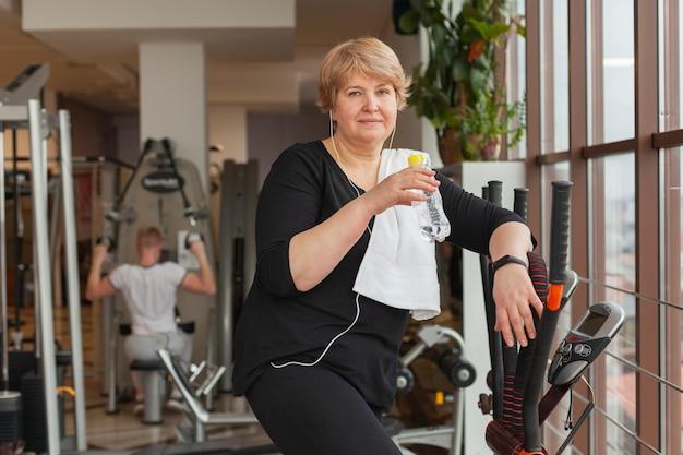 Vista frontal mujer entrenamiento en cinta de correr
