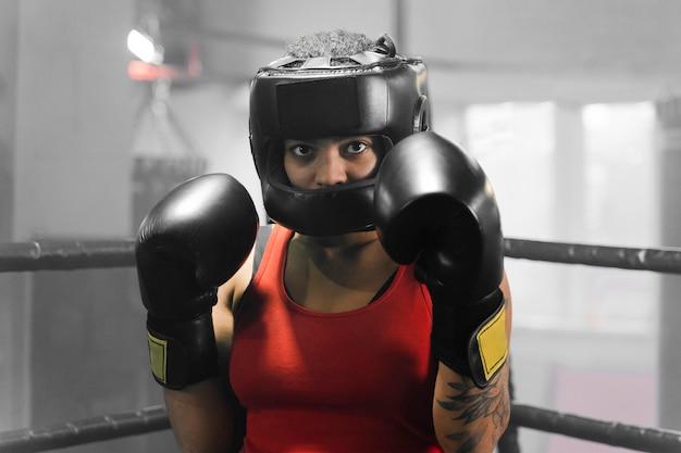 Vista frontal mujer entrenando para una competencia de boxeo
