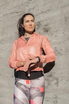 Vista frontal mujer en equipamiento deportivo