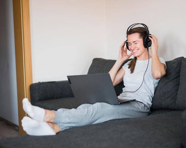 Vista frontal de la mujer escuchando música