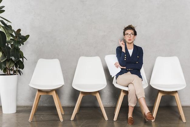 Vista frontal de la mujer esperando su entrevista de trabajo