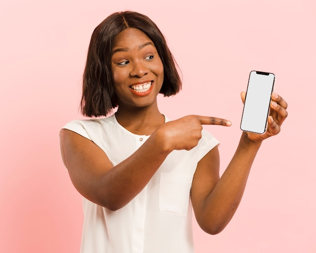 Vista frontal mujer en estudio con smartphone