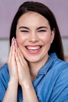 Vista frontal, de, mujer feliz, reír