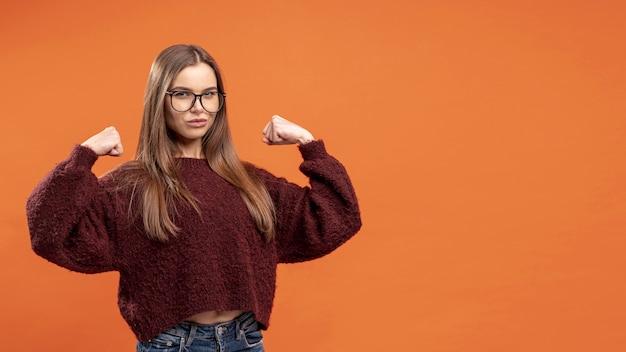 Vista frontal de la mujer con gafas siendo victorioso