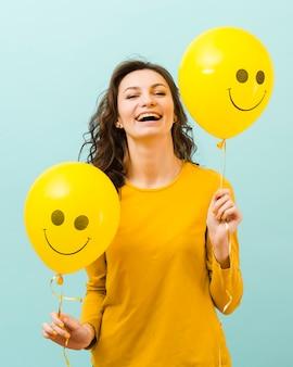 Vista frontal de mujer con globos