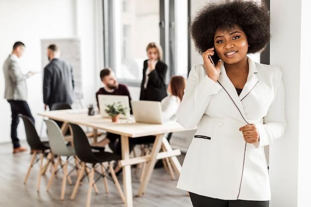 Vista frontal de la mujer hablando en el teléfono