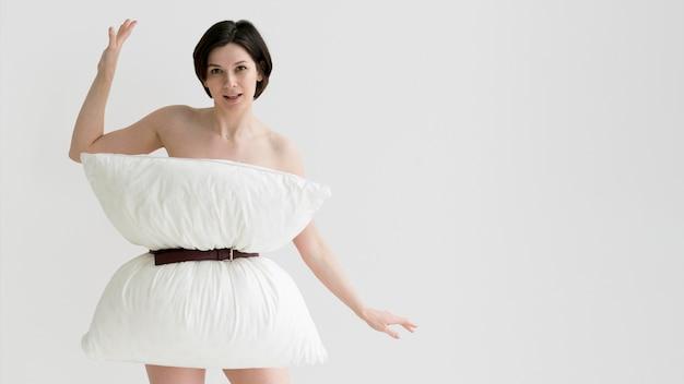 Vista frontal de la mujer haciendo desafío de almohadas