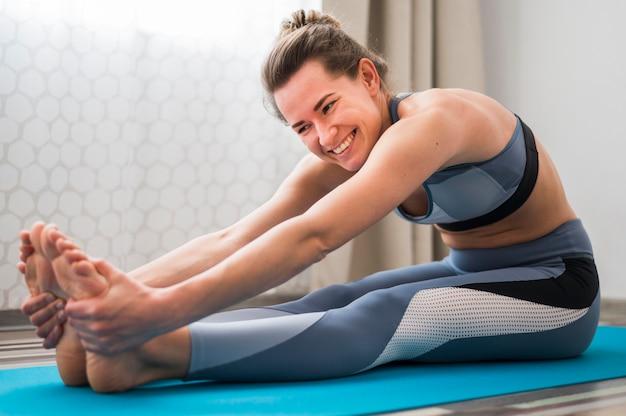 Vista frontal de la mujer haciendo ejercicios