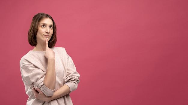 Vista frontal de la mujer haciendo una pose de pensamiento