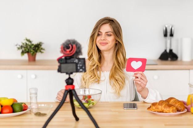 Vista frontal mujer haciendo video