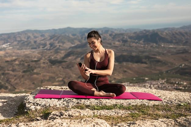 Vista frontal mujer haciendo yoga maqueta