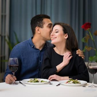 Vista frontal mujer y hombre cenando juntos románticamente