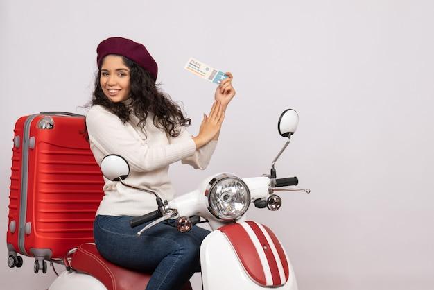 Vista frontal mujer joven en bicicleta con boleto sobre fondo blanco velocidad ciudad vehículo motocicleta vuelo color carretera