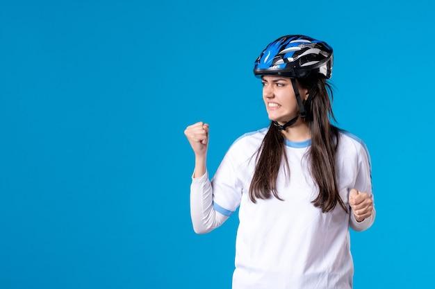 Vista frontal mujer joven enojada en ropa deportiva con casco