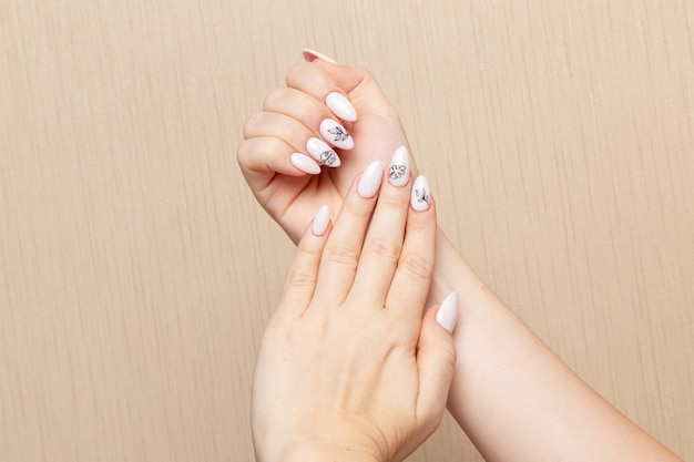 Vista frontal mujer joven posando después del procedimiento de manicura mostrando sus uñas belleza dama niña manicura autocuidado salud moda
