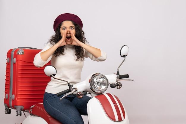 Vista frontal mujer joven sentada en bicicleta y gritando sobre fondo blanco mujer vacaciones motocicleta ciudad color vehículo carretera