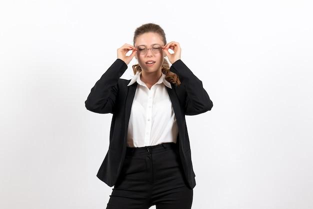 Vista frontal mujer joven en traje clásico estricto sobre fondo blanco trabajo de mujer traje de negocios trabajo femenino