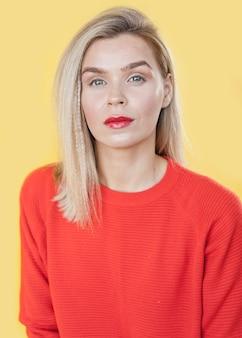 Vista frontal mujer con lápiz labial rojo