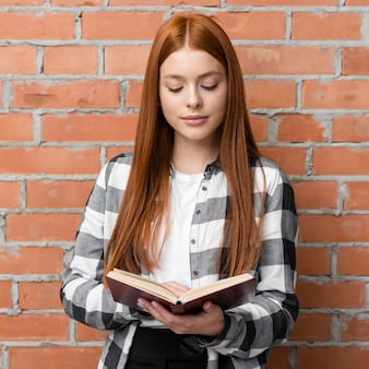 Vista frontal de la mujer leyendo