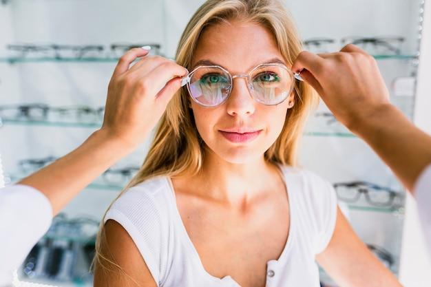 Vista frontal de la mujer con marco de gafas