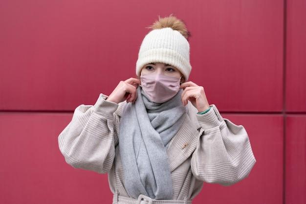 Vista frontal de la mujer con máscara médica