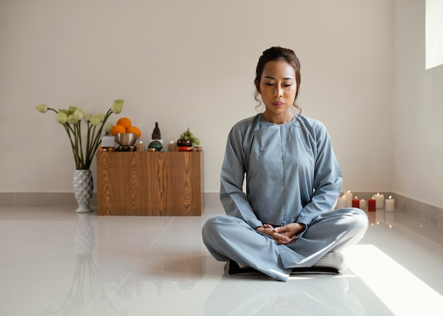 Vista frontal de la mujer meditando con espacio de copia