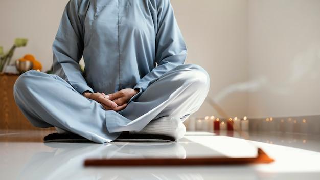 Vista frontal, de, mujer, meditar