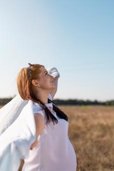 Vista frontal de una mujer mirando al cielo