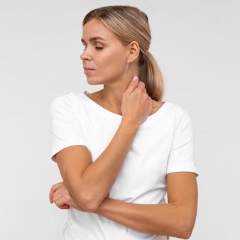 Vista frontal de la mujer molesta por dolor de cuello