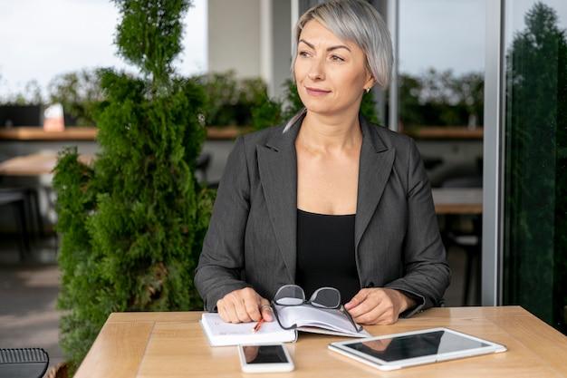 Vista frontal mujer de negocios al aire libre