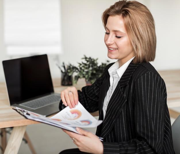 Vista frontal de la mujer de negocios en el escritorio