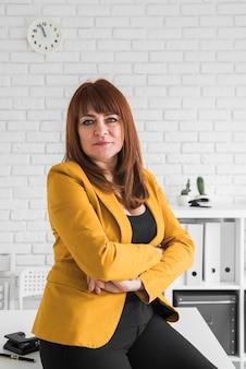 Vista frontal mujer de negocios en la oficina