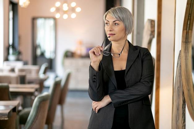 Vista frontal mujer de negocios pensando