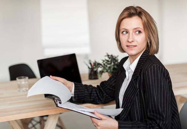 Vista frontal de la mujer de negocios con portapapeles