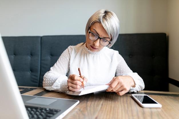 Vista frontal mujer de negocios trabajando