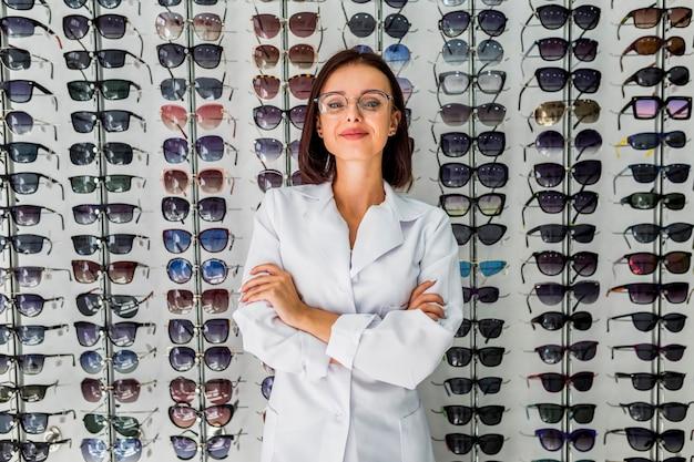Vista frontal de la mujer con pantalla de gafas de sol