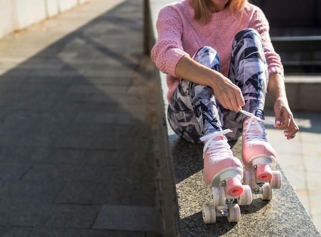 Vista frontal de la mujer en patines con espacio de copia