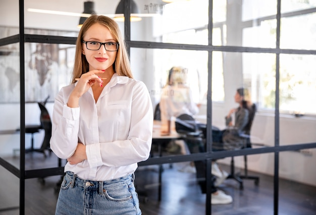 Vista frontal mujer profesional en el trabajo