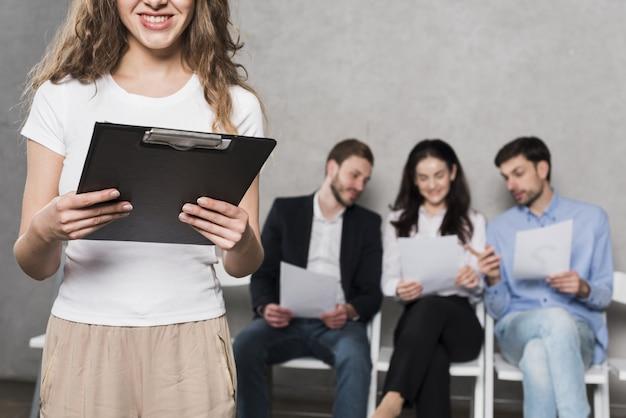 Vista frontal de la mujer de recursos humanos y empleados potenciales