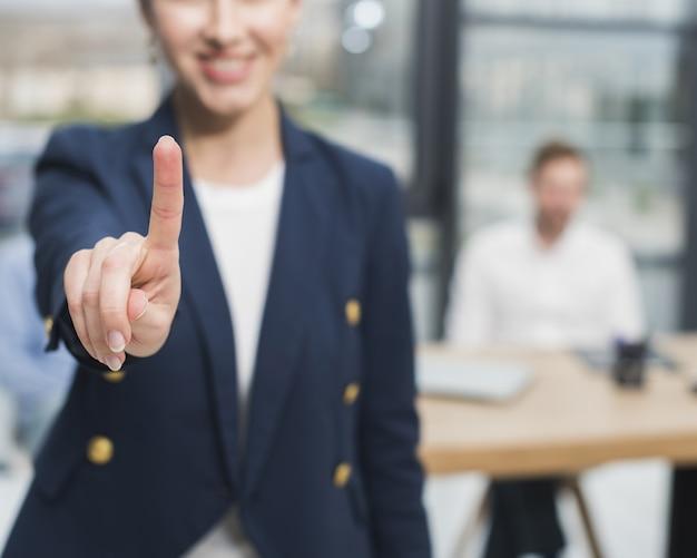 Vista frontal de la mujer de recursos humanos levantando su dedo