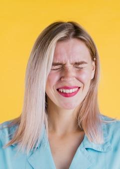 Vista frontal de mujer riendo