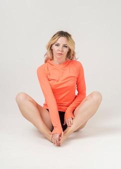 Vista frontal de la mujer en ropa deportiva posando