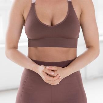 Vista frontal de la mujer en ropa de gimnasia