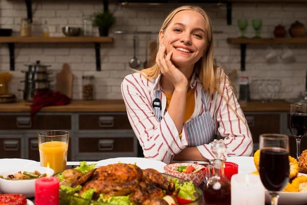 Vista frontal de la mujer sonriente en la cocina